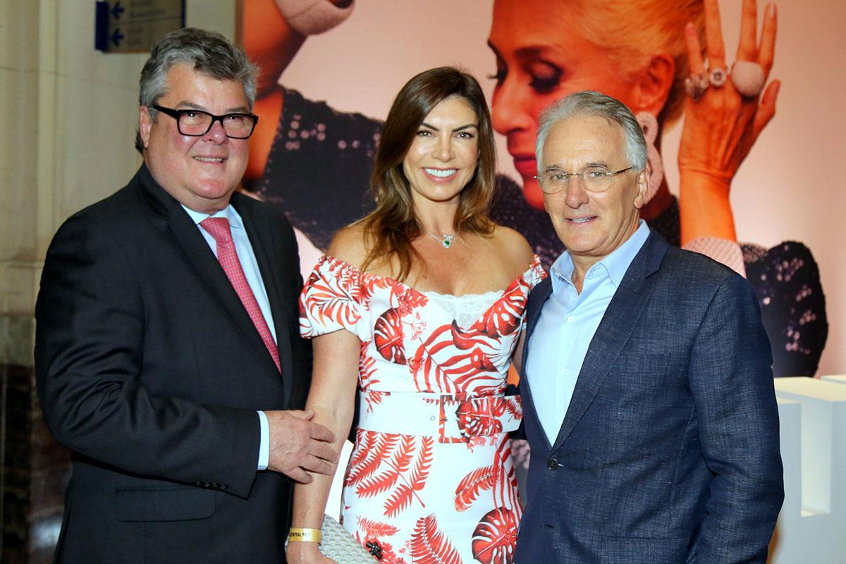 O presidente da KIA Motor do Brasil, José Luiz Gandine e Leila Schuster com o apresentador de TV, Otavio Mesquita
