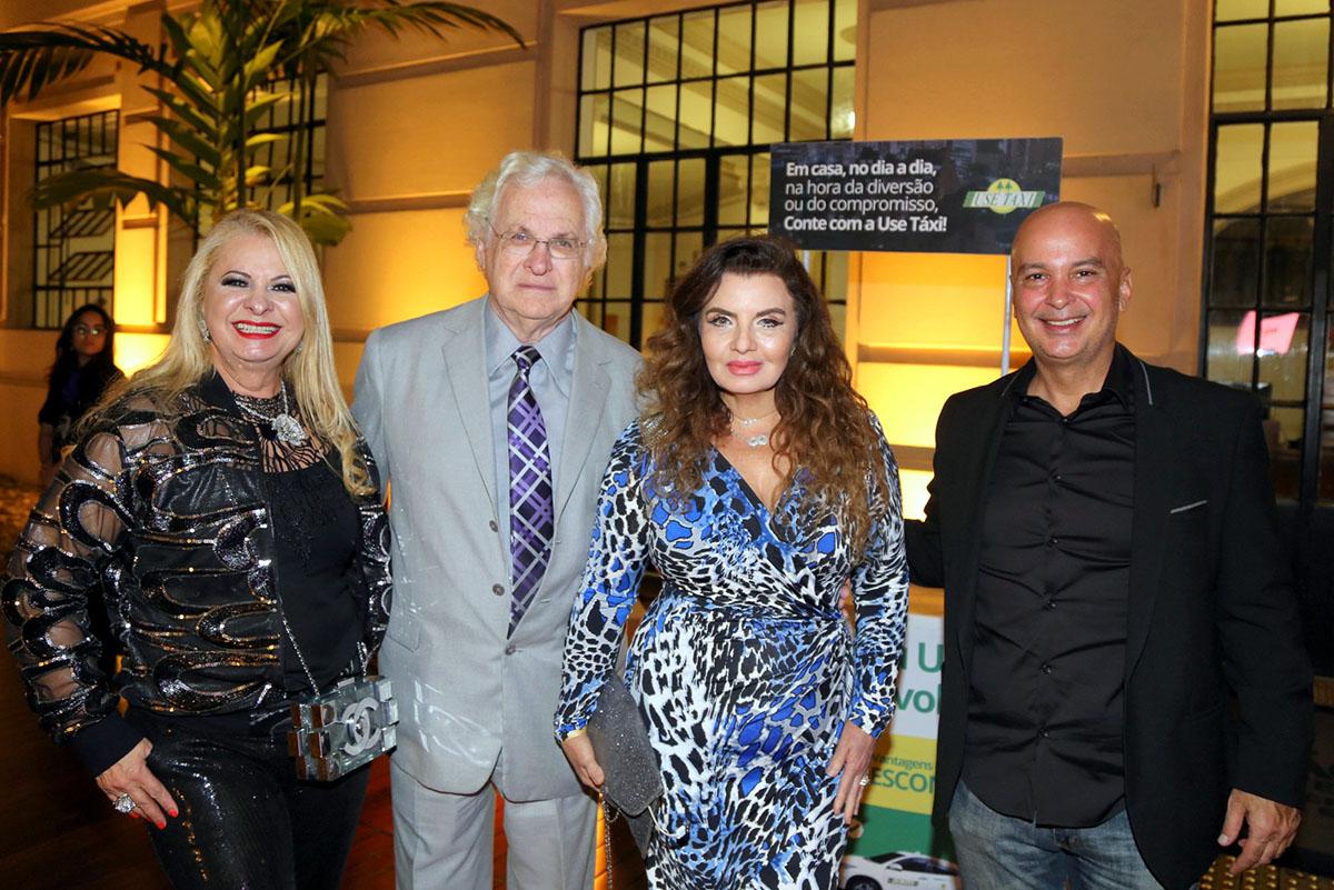 Curtindo o filme a Rainha da Noite, Lílian Gonçalves e o casal de médicos, Waldemar e Ligia Kogos e o empresário, Cyro Guimarães