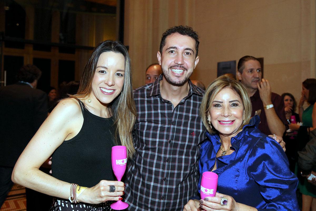 As jornalistas Pamela e sua mãe Lu Barbosa emolduram o apresentador de Tv Thiago Rocha