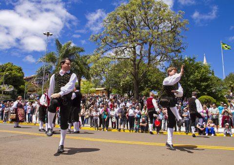 Festas de outubro garantem diversão para turistas e moradores em SC