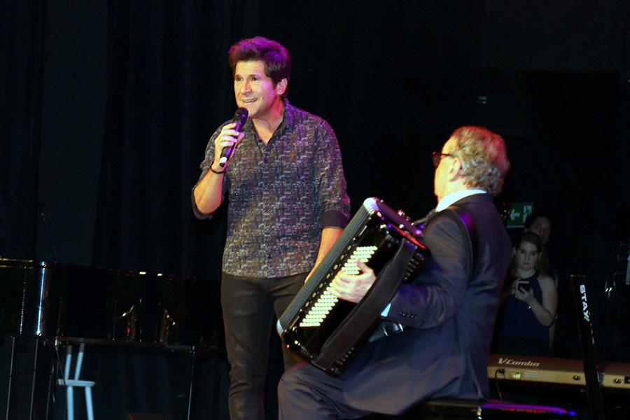 No palco cantando, Daniel e na sanfona, Caçulinha