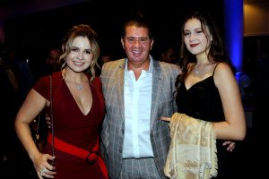 O casal responsável pelo sucesso do empreendimento, Elisangela e Reginaldo Campos, e a filha, Nicolle Campos