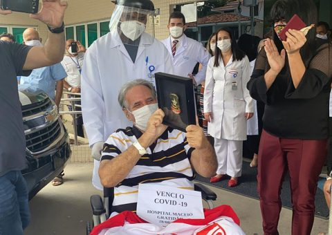 Covid-19: após mais de um mês internado na UTI do Hospital Maceió, delegado aposentado da Polícia Civil recebe alta