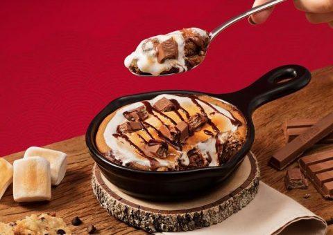 Outback anuncia feat com KitKat para o lançamento de S'mores: combinação de cookie com marshmallow derretido e chocolate