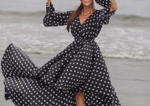 Claudia Métne com look do estilista Alespo em praia paulista
