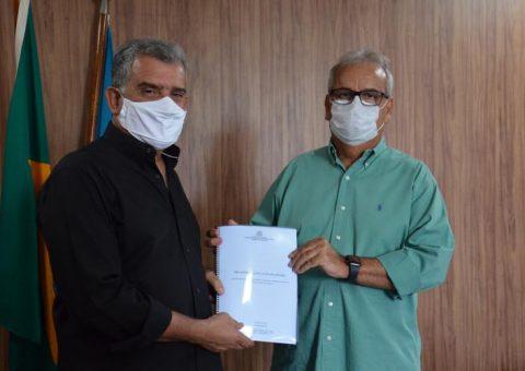 Em visita ao TCE, prefeito de Pão de Açúcar entrega relatório com a atual situação financeira do município