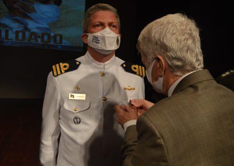 Comandante da Capitania dos Portos de Alagoas, Petrocelli de Lima, é condecorado com a Medalha Zumbi dos Palmares