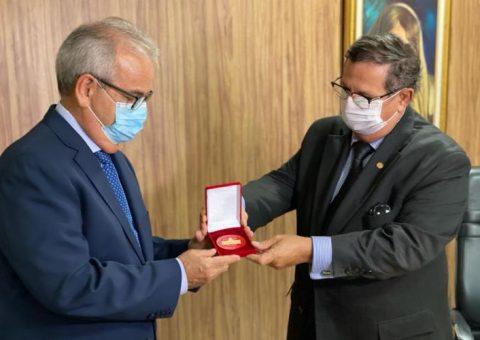 Presidente do TCE/AL recebe Medalha do Mérito Judiciário Desembargador Joaquim Nunes Machado e o Diploma de Honra ao Mérito Judiciário